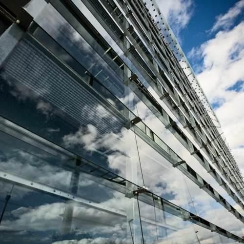 Fachada de cristal reduce radiacion solar